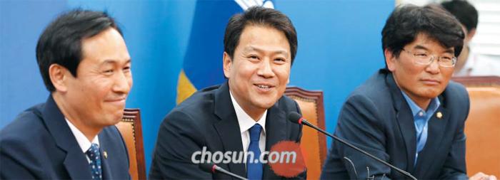 임종석(가운데) 청와대 비서실장이 11일 서울 여의도 국회의사당 더불어민주당 원내대표실에서 우상호(왼쪽) 민주당 원내대표와 만나 이야기를 나누고 있다. 오른쪽은 박완주 민주당 원내수석부대표.