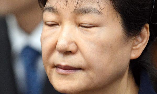 23일 서울중앙지법 재판에서 눈을 감고 앉아 있는 박근혜 전 대통령./연합뉴스