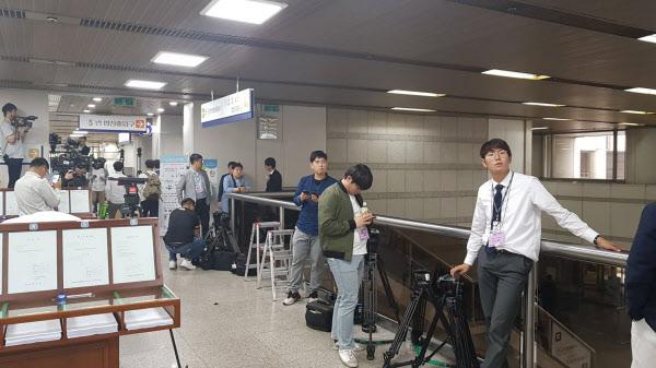 23일 오전 서울 서초동 서울중앙지법에서 취재진들이 출두 예정인 박근혜 전 대통령을 기다리고 있다./오경묵 기자