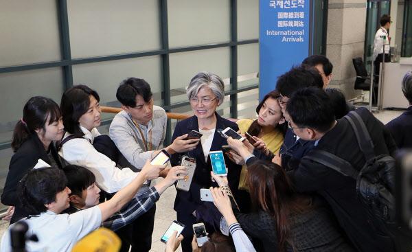 강경화 외교부장관 후보자가 25일 오전 인천국제공항에 도착했다. /연합뉴스