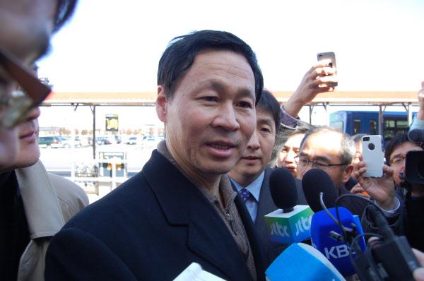 김종훈 전 미래창조과학부 장관 후보자가 2013년 3월 자진사퇴 후 미국으로 돌아와 취재진의 질문을 받고 있다. /조선일보DB
