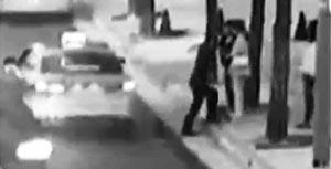 여비서 성추행 혐의를 받는 '호식이 두마리치킨' 최호식(63) 회장이 지난 3일 서울 강남의 한 호텔 앞에서 여비서에게 도움을 준 여성들과 실랑이를 벌이는 모습.