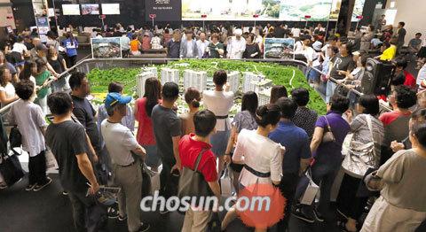 25일 오후 경기도 성남시 분당구에 있는'판교 더샵 퍼스트파크'모델하우스가 방문객으로 북적이고 있다. 지난 23일 문을 연 이 모델하우스에는 사흘간 5만5000여명이 다녀갔다.