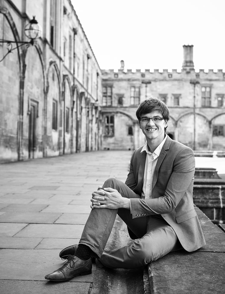 신장 195㎝의 윌리엄 맥어스킬 교수가 옥스퍼드 대학 캠퍼스 바닥에 편하게 앉는다. 그의 책 '냉정한 이타주의자'는 선의와 열정이 아니라 냉정과 과학으로 기부하라고 주장한다. 열정보다 냉정이 세상을 바꾼다. /옥스퍼드=사진작가 배상덕