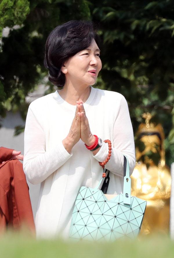 홍라희 전 리움미술관 관장이 20일 오전 부산 해운대구에 있는 해운정사를 찾아 합장하고 있다./연합뉴스