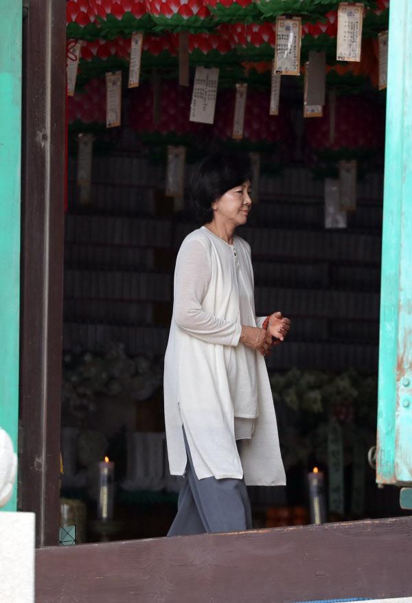 홍라희 전 리움미술관 관장이 20일 오전 부산 해운대구에 있는 해운정사를 찾아 대웅전에 들어가고 있다./연합뉴스