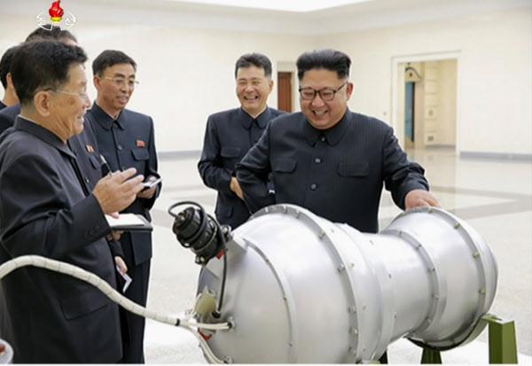북한 김정은 노동당 위원장이 '화성-14' 장착용 수소탄 개발 상황을 보고받고 있다./조선중앙TV