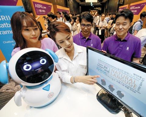 6일 서울 동대문구에서 열린 SK C&C의 AI '에이브릴' 출시 행사에서 회사 관계자들이 에이브릴을 적용한 AI 로봇(왼쪽)과 소프트웨어를 소개하고 있다