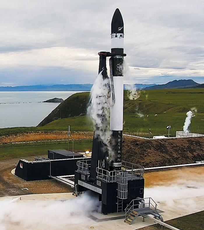 25월 24일(현지 시각) 뉴질랜드 마히아반도의 로켓 발사장에서 로켓랩의 초저가 로켓 일렉트론이 시험 발사를 앞두고 있다.