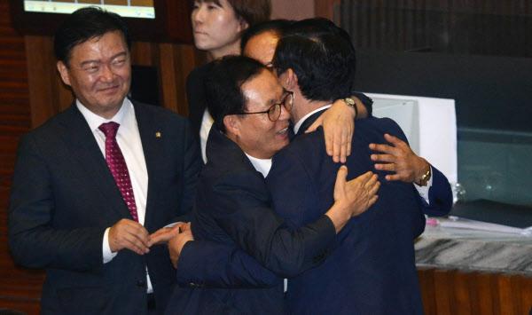 11일 오후 서울 여의도 국회 본회의장에서 열린 제354회 국회 정기회 제5차 본회의에 참석한 자유한국당 정우택 원내대표와 이채익 의원이 헌법재판소(김이수) 임명동의안이 부결 처리되자 포옹하며 기뻐하고 있다./뉴시스