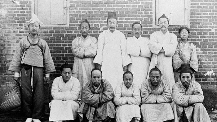 한성감옥에 투옥됐을 당시의 이승만(왼쪽 끝). 앞줄 오른쪽에서 둘째가 같은 시기 한성감옥에 구금됐던 이상재이다.