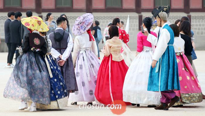 조선 시대 여성들이 외출할 때 쓰던 전모(氈帽), 화려한 색상의 한복 차림을 한 시민·관광객들이 지난 24일 서울 종로구 경복궁 안을 거닐고 있다.