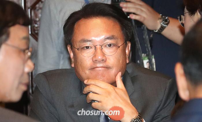 자유한국당 정진석 의원이 26일 국회에서 열린 한국당 의원총회에 참석해 같은 당 의원들의 이야기를 들으며 심각한 표정을 짓고 있다.