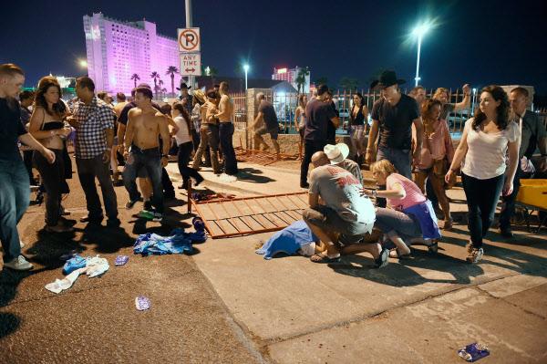 1일(현지 시각) 미국 라스베이거스 컨트리음악 콘서트 현장에서 총기난사 사건이 일어났다. 부상을 입은 것으로 추정되는 이들이 공연장 밖에 쓰러져있다. /AFP연합뉴스