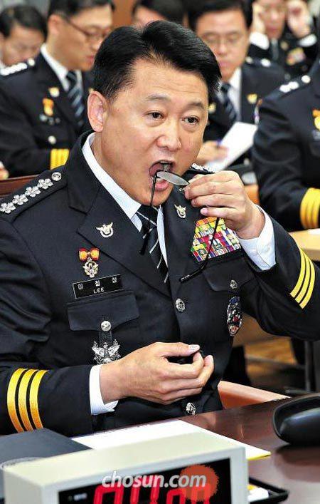 이철성 경찰청장이 13일 오전 서울 서대문구 경찰청사에서 열린 국정감사에 앞서 안경에 입김을 불고 있다.