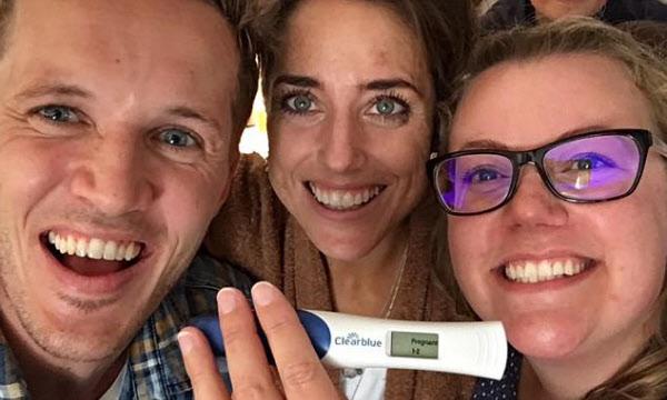 임신을 확인하고, 남편 코츠와 아내 에마, 대리모 친구 리즈는 모두 활짝 웃었다/페이스북