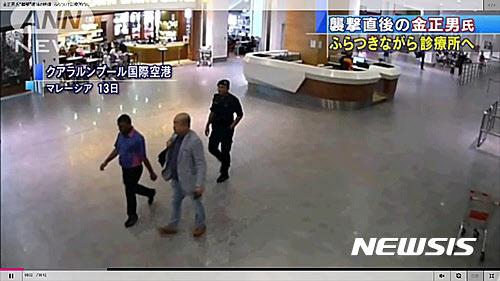 김정남이 지난 2월 13일 말레이시아 쿠알라룸푸르 공항에서 신원 미상의 여성 2명에게 습격을 받은 후 남성 2명의 안내를 받으며 걸어서 공항 내 진료소로 향하고 있다. /아사히TV·뉴시스