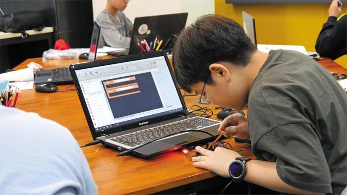 씨큐브코딩센터에서 코딩 교육을 받는 학생들의 모습.