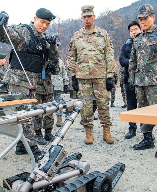 정경두(오른쪽) 합참의장과 빈센트 브룩스(가운데) 주한미군사령관이 지난 15일 국군화생방방호사령부를 방문해 적 대량살상무기(WMD) 탐색·제거 작전에 활용되는 장비를 살펴보고 있다.