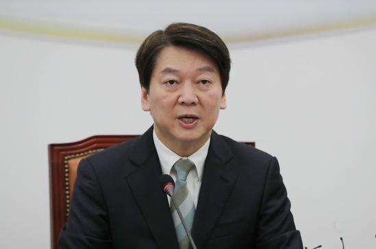 안철수 국민의당 대표가 15일 최고위원회의에서 가상화폐 혼란과 관련한 발언을 하고 있다. /연합뉴스