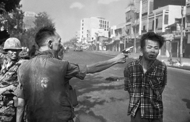 AP통신 사진기자 에디 애덤스가 1968년 2월 1일 전쟁 중이던 베트남 사이공(현 호찌민시)에서 촬영한 '사이공식 처형' 사진. 이 사진은 미국 내 반전 여론을 들끓게 했다. /AP 연합뉴스