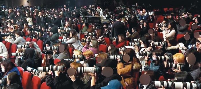 한 아이돌 가수의 쇼케이스 행사장에서 고성능 렌즈를 장착한 카메라로 사진을 찍는 '아이돌 대포'들. 이런 아이돌 대포 중 일부는 촬영한 사진으로 상품을 만들어 고수익을 올린다.