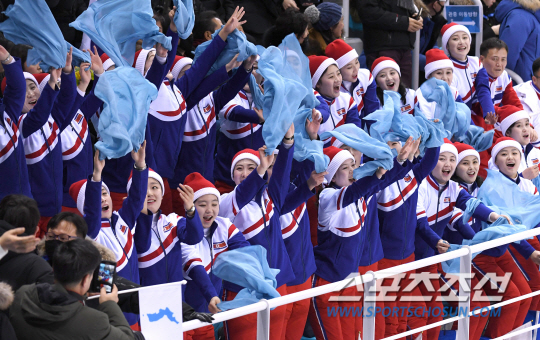 12일 오후 강릉 관동하키센터에서 '2018 평창동계올림픽' 남북 여자하키 단일팀과 스웨덴의 경기가 열렸다. 경기장을 찾은 북한 응원단이 열띤 응원을 펼치고 있다.  강릉=송정헌 기자 songs@sportschosun.com/2018.02.12