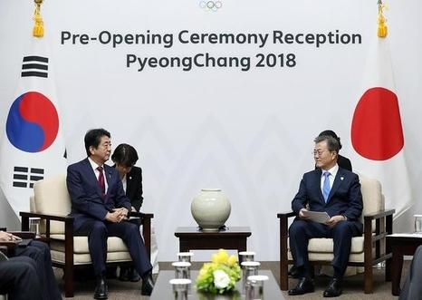 문재인 대통령과 아베 신조 일본 총리가 지난 9일 강원도 평창군 용평리조트에서 정상회담을 하고 있다. / 청와대