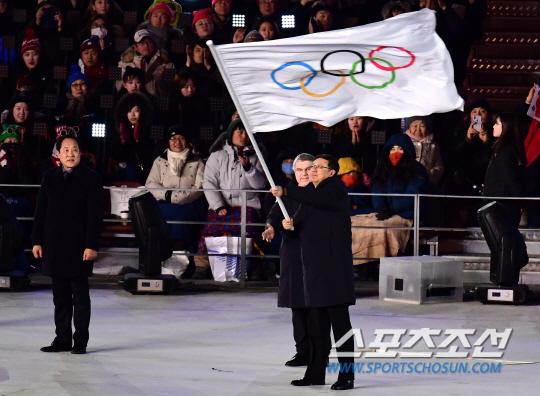 25일 오후 강원도 평창 올림픽스타디움에서 '2018 평창동계올림픽 폐회식'이 열렸다. 올림픽기를 다음 개최지 중국 베이징 시장에게 전달하고 있다. 평창=송정헌 기자 songs@sportschosun.com/2018.02.25