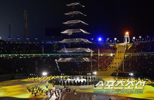 25일 오후 강원도 평창 올림픽 스타디움에서 열린 2018 평창 동계올림픽대회 폐회식에서 조화의 빛 공연이 펼쳐지고 있다. 평창=송정헌 기자 song@sportschosun.com/2018.02.25/
