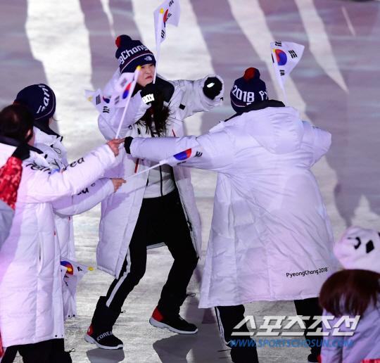 25일 평창 올림픽스타디움에서 2018 평창동계올림픽 폐회식이 열렸다.  아이스댄스 민유라와 겜린이 입장하면서 춤을 추고 있다.   평창=송정헌 기자 song@sportschosun.com/2018.02.25/
