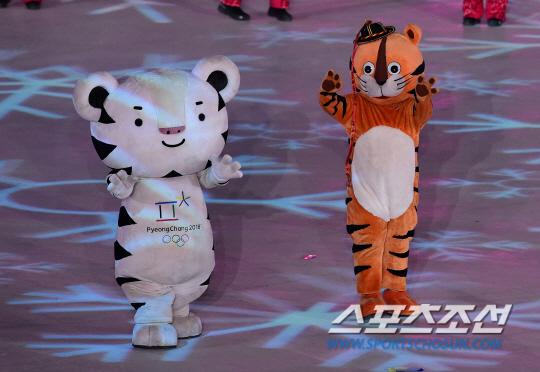 25일 오후 강원도 평창 올림픽 스타디움에서 열린 2018 평창 동계올림픽대회 폐회식에서 수호랑과 호돌이가 입장하고 있다. 평창=송정헌 기자 song@sportschosun.com/2018.02.25/