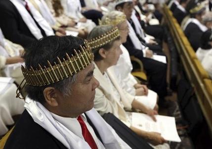 합동결혼식에 참석한 한 남성이 총알로 만든 왕관을 쓰고 예배를 하고 있다. /AP 연합뉴스