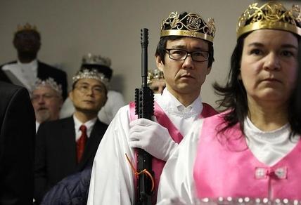 2018년 2월 28일(현지 시각) 합동결혼식에 참석한 교회 관계자가 한 손에 AR-15 소총을 들고 있다. /AFP 연합뉴스