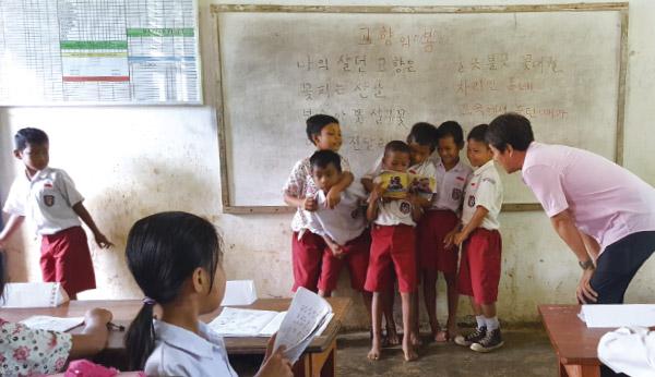 정덕영씨는 인도네시아 부퉁섬 바우바우시의 소라올리오 부기두아초등학교 4학년 아이들에게 한글을 가르친다. 아이들이 '고향의 봄' 노래를 연습하는 모습. /정덕영