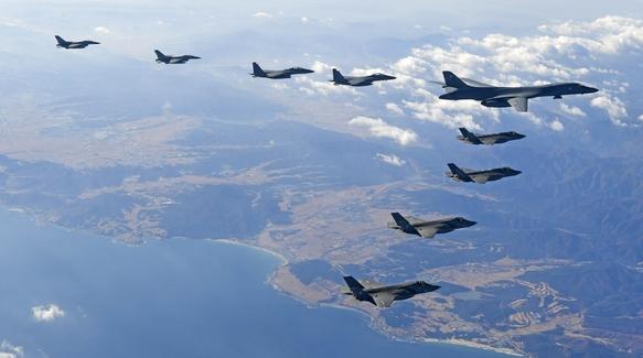 한미 연합공중훈련 '비질런트 에이스(Vigilant Ace)가 계속된 2017년 12월 6일 한반도 상공에서 미국의 장거리전략폭격기 B-1B '랜서' 1대와 스텔스 전투기 F-22 '랩터', 한국 공군 전투기들이 함께 편대비행하고 있다. /공군 제공