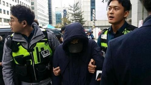 5일 서울 영등포구 여의도동 대한애국당 당사에 폭발물 의심물체가 있다는 신고가 접수돼 폭발물 처리반이 현장 출동했다. 경찰이 용의자를 연행하고 있다. /대한애국당 제공