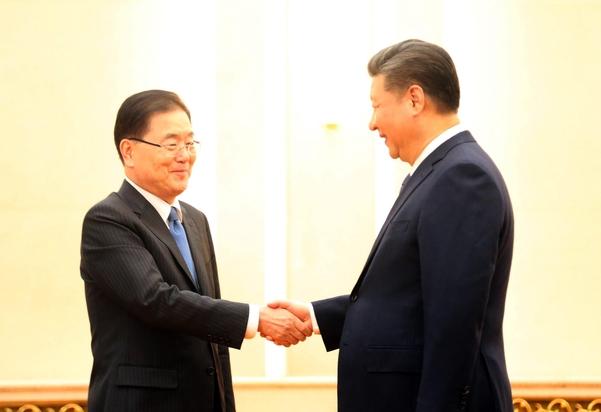 12일 오후 중국 베이징(北京) 인민대회당 푸젠팅에서 방북 방미 결과를 설명하기 위해 중국을 방문한 정의용 청와대 국가안보실장이 시진핑(習近平) 중국 국가주석과 악수를 하고 있다./연합뉴스