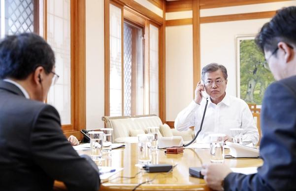 문재인 대통령이 16일 오후 청와대 관저 소회의실에서 아베 신조 일본 총리와 전화 통화를 하고 있다. /청와대 제공