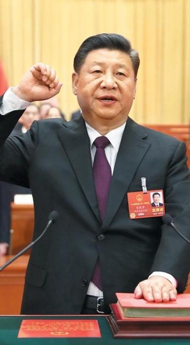 시진핑 중국 국가주석이 지난 17일 만장일치로 주석에 재선출된 뒤, 왼손을 헌법에 올리고 오른손 주먹을 든 채 헌법 준수 선서를 하고 있다. /신화 연합뉴스