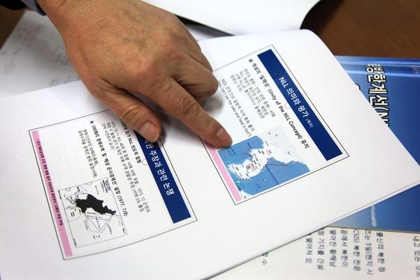 이서항 한국해양전략연구소장이 22일 서울 서교동 한국해양전략연구소에서 진행된 본지와의 인터뷰에서 북한이 제시한 해양경계선(빨간선)과 우리가 제시한 해양경계선(파란선)의 차이를 설명하고 있다. /윤희훈 기자