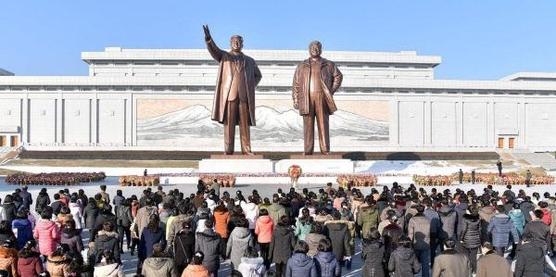 지난 1월 1일 북한 각 계층 근로자, 인민군 장병들, 학생들이 새해를 맞아 김일성-김정일 동상을 찾았다고 조선중앙통신이 보도했다./연합뉴스
