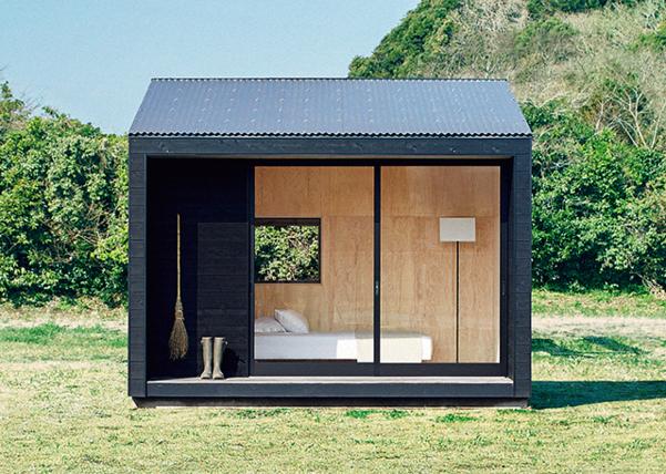 무인양품의 오두막집 '무지 헛'. 철근 콘크리트 구조물 안은 일본산 삼나무로 마감했다. 3평 남짓한 이 오두막은 설치비를 포함해 약 3천만원에 판매된다. 미닫이문을 열면 툇마루와 바닥을 하나로 사용할 수 있다.