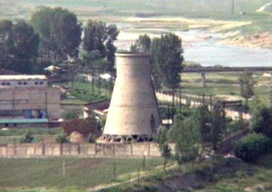 북한 평안북도 영변 핵단지에 있는 냉각탑으로 2008년 6월 TV화면에서 캡처한 사진. 미국 언론은 28일(현지시간) 북미정상회담을 앞두고 최근 영변 핵시설에서 북한의 새로운 원자로가 몇년에 걸친 공사 끝에 시험 가동되는 정황이 포착됐다고 보도했다. /연합뉴스
