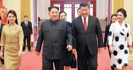 김정은(왼쪽 둘째) 북한 노동당 위원장과 부인 리설주(맨 왼쪽)가 지난달 26일 시진핑(왼쪽 셋째) 중국 국가주석과 시 주석 부인 펑리위안 여사와 나란히 만찬 전 환영 행사가 열린 베이징 인민대회당으로 들어가고 있다. /조선중앙통신