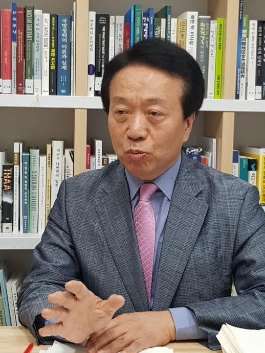 한용섭 국방대학교 교수가 9일 서울 용산구 사무실에서 본지와 인터뷰를 하고 있다./양승식 기자