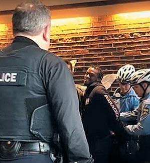 미 경찰이 2018년 4월 12일(현지 시각) 필라델피아 시내의 한 스타벅스 매장에서 주문하지 않고 앉아 있었다는 이유로 흑인 남성 2명의 팔에 수갑을 채우고 있다. /조선일보DB