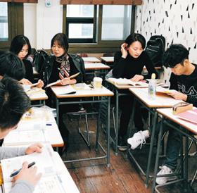 지난달 21일 오후 서울 강남구 역삼동의 한 외국어학원에서 30·40대 직장인 10여명이 베트남어 수업을 듣고 있다. 이 학원은 지난 2월 베트남어 강좌를 개설한 후 한 달 만에 수강생이 11배 늘었다.