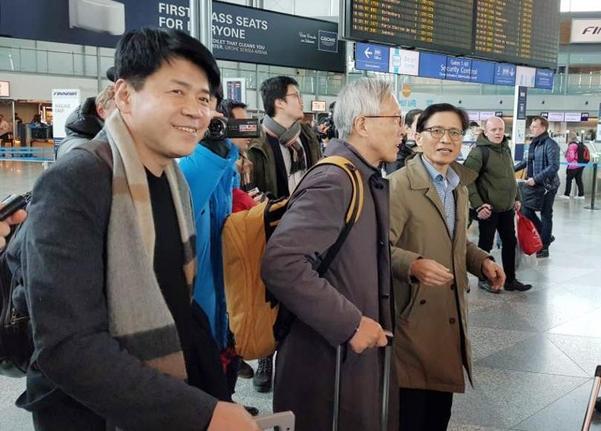 핀란드 헬싱키에서 열린 '남북미 1.5 트랙 대화'를 마친 한국대표단이 21일(현지시간) 헬싱키 반타공항에서 출국길에 오르고 있다./연합뉴스