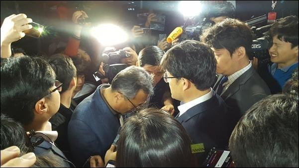 25일 경찰이 서울 중구에 위치한 TV조선 보도본부의 압수수색 영장을 발부 받아 진입을 시도하는 가운데 TV조선 기자들과 대치하고 있다. /안소영 기자